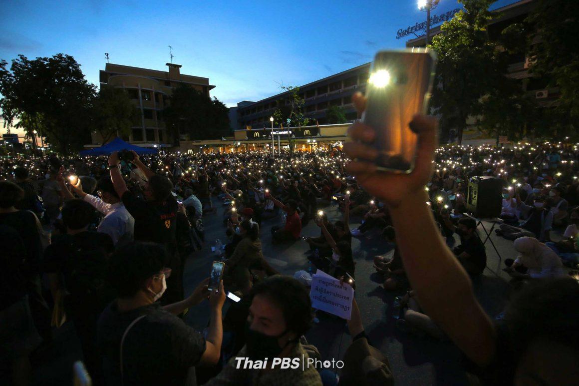 กลุ่มนักศึกษาปลดแอก เวลา 19.30 น. ที่บริเวณอนุสาวรีย์ประชาธิปไตย